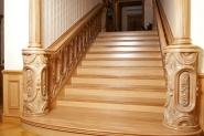 Лестница с резными колонами