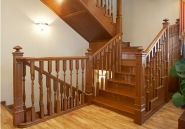 Лестница с элементами плетеной ковки